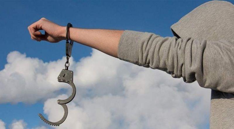 مطرب عربي يطالب باعتقاله.. والسبب غريب!