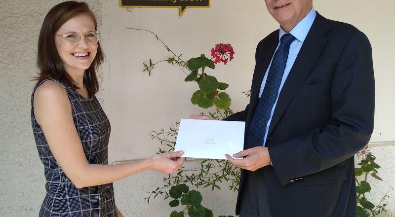 سفير اسبانيا يسلم رسالة من ملك اسبانيا لماريا جمال في حيفا