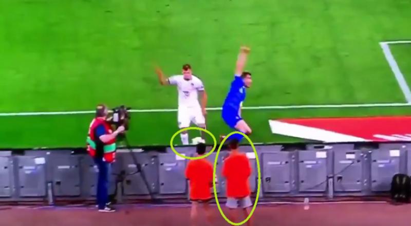 لاعب منتخب إيطاليا يسدد في وجه طفل جامع للكرات.. ويعتذر منه