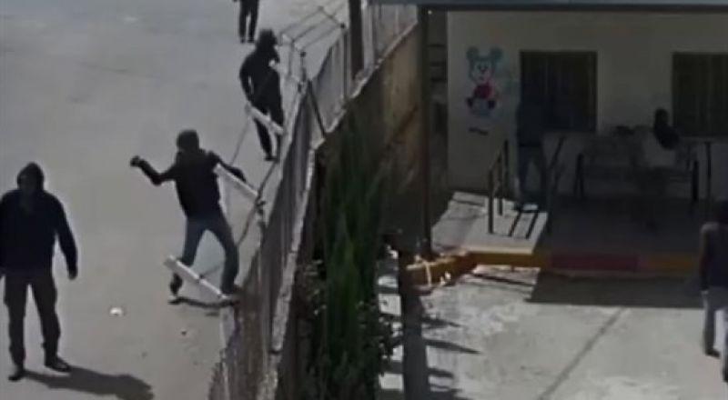 شاهد:مستوطنون يرشقون الحجارة على سيارة فلسطينية في قرية ياسوف