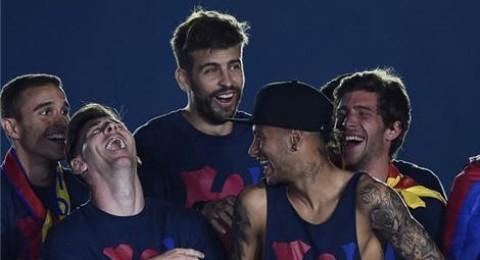 بيكيه يشتم ريال مدريد خلال احتفالات برشلونة بالسوبر الأوروبي