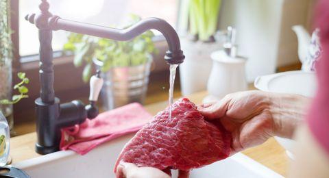 لا تغسلوا اللحوم والدواجن بالماء لهذه الأسباب..