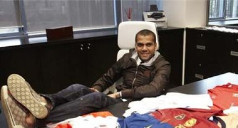 داني ألفيس يهوى جمع القمصان باستخدام الدبلوماسية