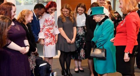 رد فعل غريب من طفل خلال استقباله ملكة بريطانيا