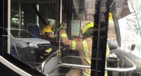 حيفا: تخليص سائق حافلة مطرونيت بعد ان علق بالحافلة جرّاء حادث طرق
