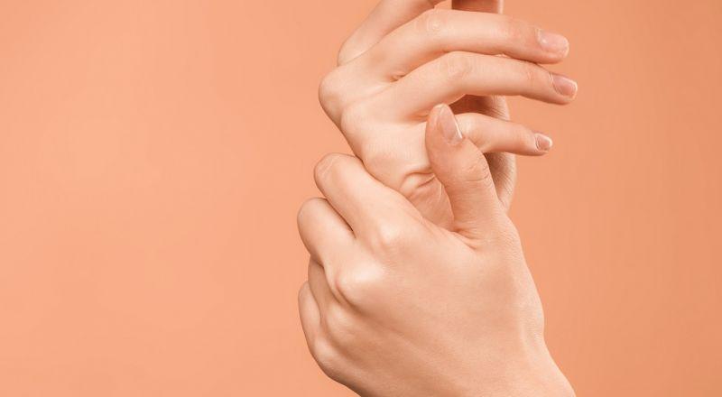 أضرار إزالة الجلد الميت حول الأظافر... تجنبّيها