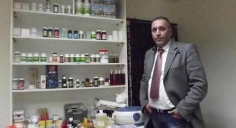 النصراوي أيمن حواري طبيب يداويكم بالأعشاب والإبر الصينية