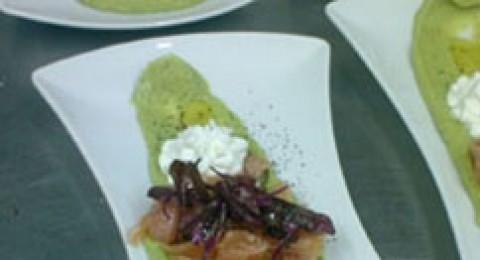 السلمون المخلل على طبق من بيستو الابوكادو والكريما الحامضة