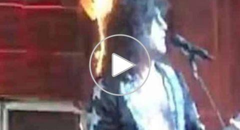 اشتعال النار في شعر مغني أمريكي.. وتصرفه يصدم الجمهور!