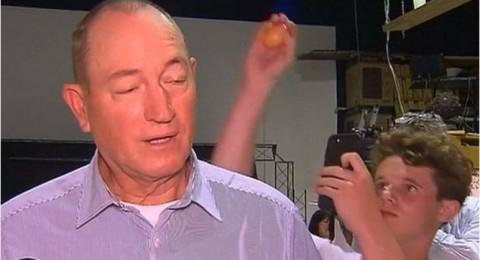 شاب يكسر البيض على رأس سيناتور أسترالي قال إن