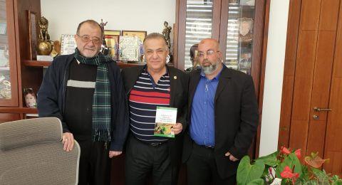 سعيد بكارنه يقدم كتابه حول ثورة الخميني – لرئيس بلدية الناصرة