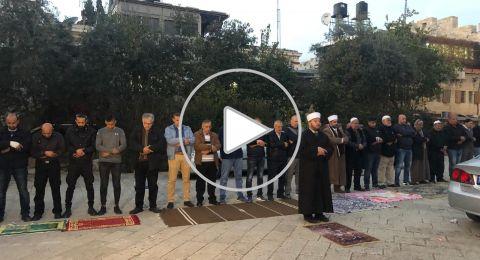قوات الاحتلال تعتدي على طواقم الاسعاف واقامة صلاة المغرب في باب الاسباط