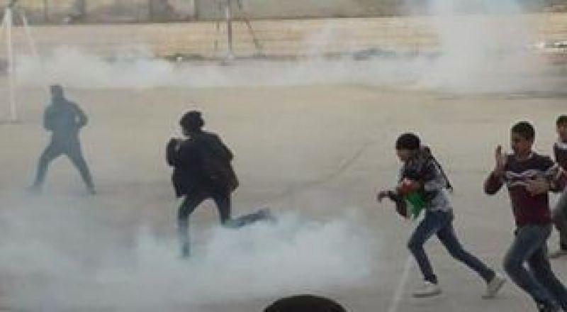 اصابات بالاختناق في صفوف طلبة المدارس بالخليل