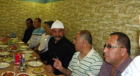 هـ كفر سميع والاخوة كفر مندا يتصافحان على مائدة واحدة
