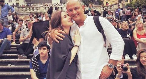 لقطة رومانسية لـ نانسي عجرم وزوجها وسط piazza spagna