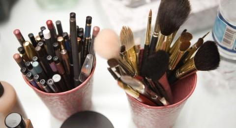 نصائح وحيل بسيطة لتنظيف أدوات الماكياج
