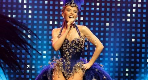 كايلي مينوغ تغني تحت سفح الأهرامات