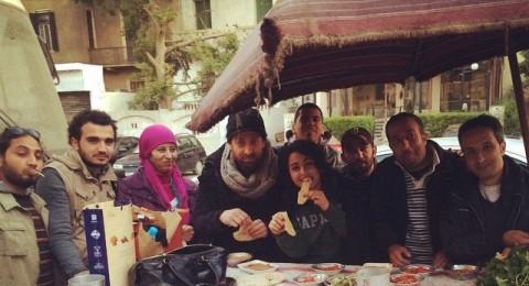 ميس حمدان تتناول فطورها من على عربة فول في الشارع