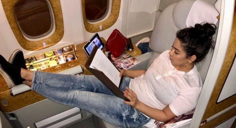 شيرين عبد الوهاب تثير ضجة كبيرة على متن الطائرة.. والسبب!