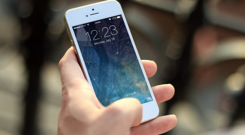 طبيب يكشف آلية تأثير الهواتف الذكية على الدماغ