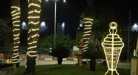 مجلس محلي كفرقرع يبدأ بتزيين الشوارع والحارات استقبالاً لشهر رمضان