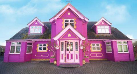 امرأة تُحوّل منزلها إلى مكانٍ خيالي باللون الوردي