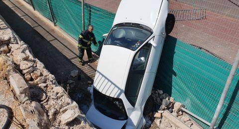 حيفا:انقلاب سيارة نحو منحدر بارتفاع ٤امتار
