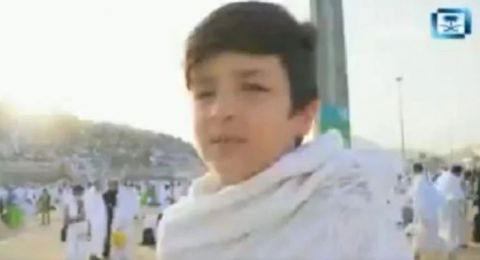 طفل يحقق أمنيته بالصعود إلى جبل الرحمة