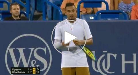 لاعب تنس أسترالي يكسر مضربين ويرمي حذاءه تجاه الجمهور