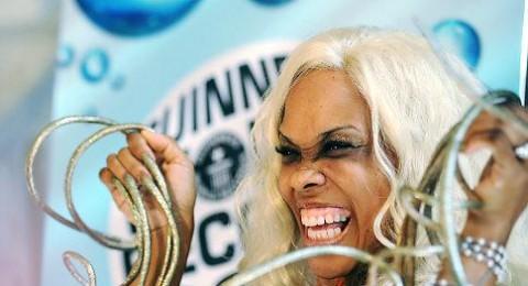 مغنية في لاس فيغاس تدخل غينيس باطول اظافر في العالم