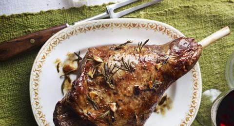 طريقة عمل لحم الغنم المشوي مع الثوم والأعشاب
