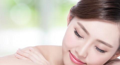 خطوات أساسية لحماية بشرتك من التجاعيد أثناء النوم