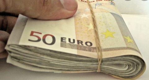 شخص يهدي مشردين بطاقة يانصيب تربح 50 ألف يورو!