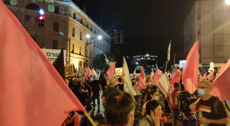 استطلاع رأي ومظاهرات مستمرة: 54% من الإسرائيليين يطالبون بانسحاب نتنياهو