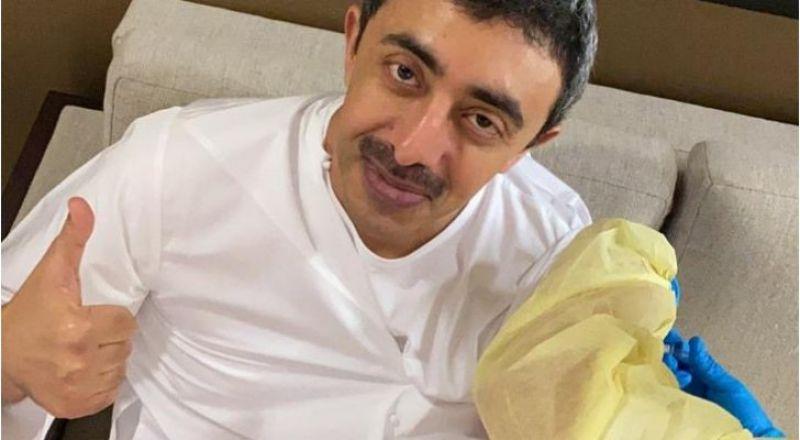 وزير الخارجية الإماراتي يتلقى لقاحا ضد كورونا .. صورة