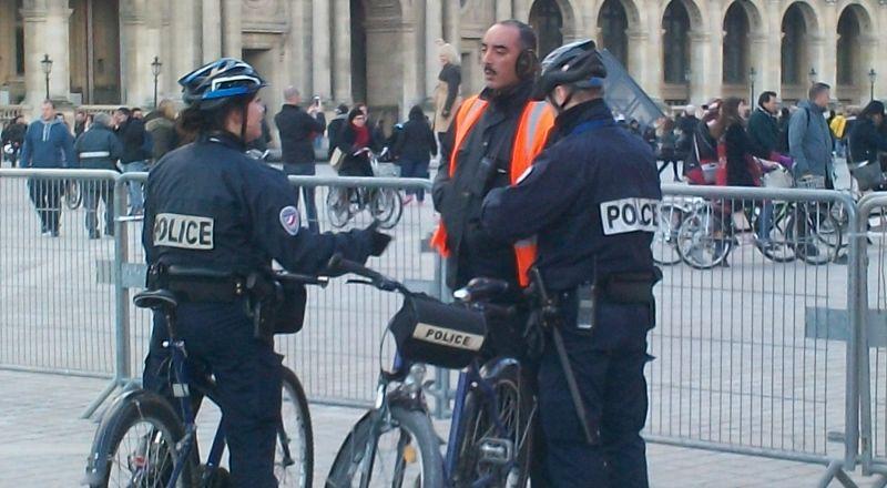 فرنسا.. قطع رأس رجل في ضواحي باريس بسبب رسوم مسيئة للنبي محمد