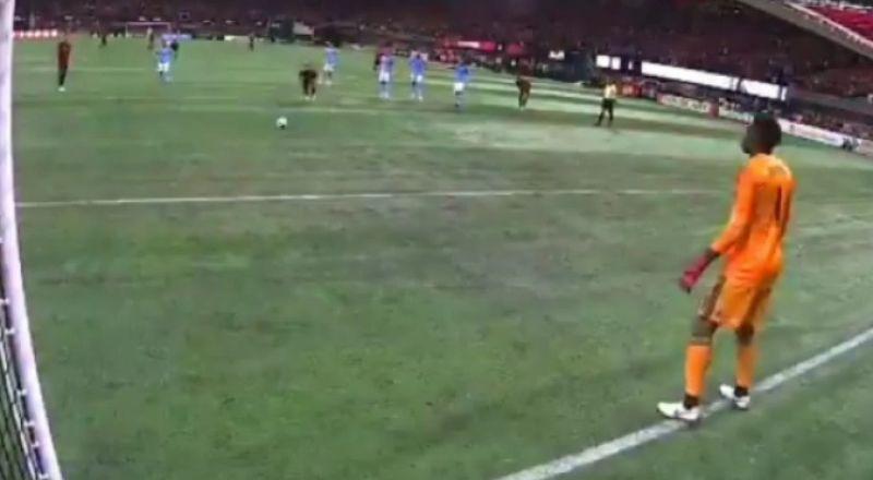 لاعب في الدوري الأمريكي يسجل هدفه بركلة جزاء مبتكرة