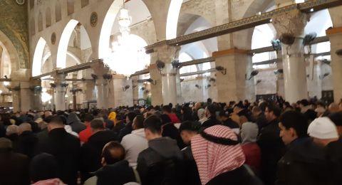 الآلاف يؤدون صلاة الفجر في الأقصى والحرم الإبراهيمي