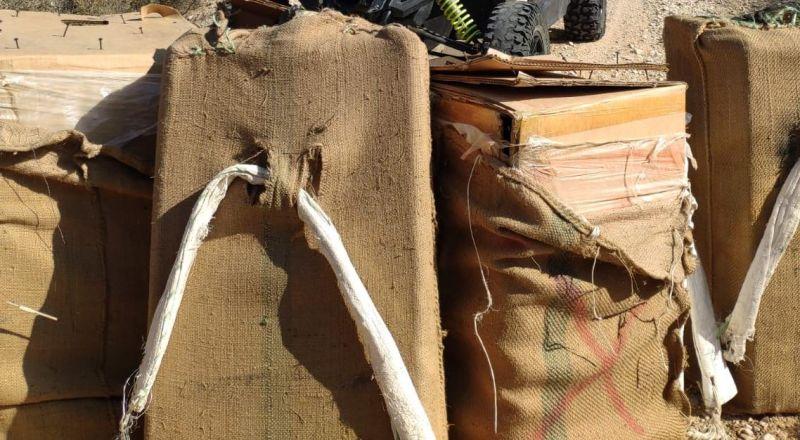 ضبط 5 صناديق مليئة بمواد مشتبهة كمخدرات مهربة عبر الحدود المصرية