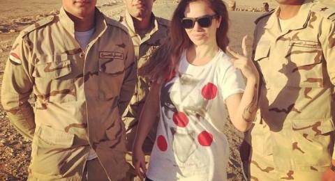 نيكول سابا برفقة جنود من الجيش المصري