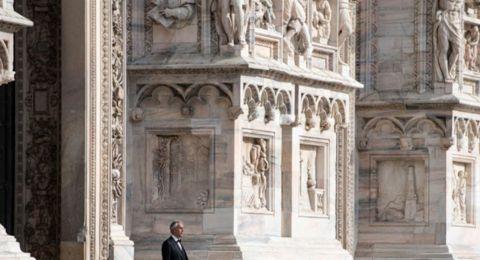 أندريا بوتشيلي يغني وحيداً في كاتدرائية دومو ميلانو التاريخية بإيطاليا!