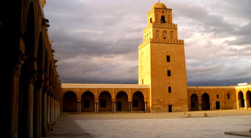 آذان الفجر بدلا من المغرب يثير