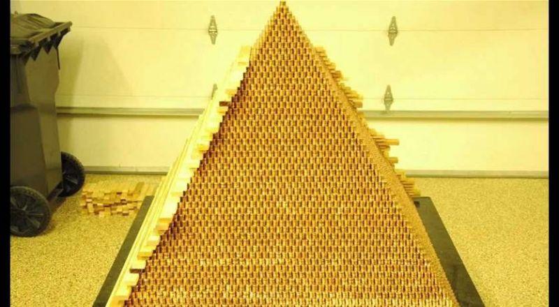 رجلٌ يبني أكبر هرمٍ في العالم.. من القطع المعدنية!