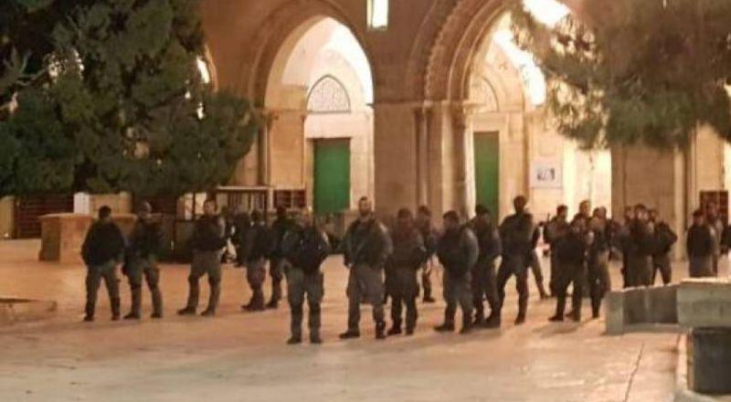 خلال الليلة: الجيش يخرج المعتكفين بالأقصى ويعتقل طفلين