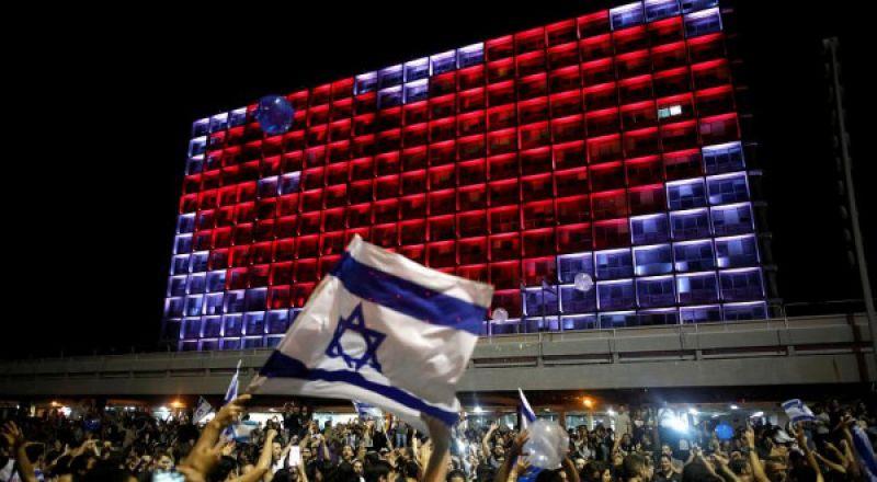لوحة إعلانية مناهضة للاحتلال تخاطب زوار