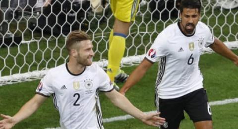 موستافي وشفاينشتيجر يقودان أبطال العالم لفوز ثمين على أوكرانيا في يورو 2016