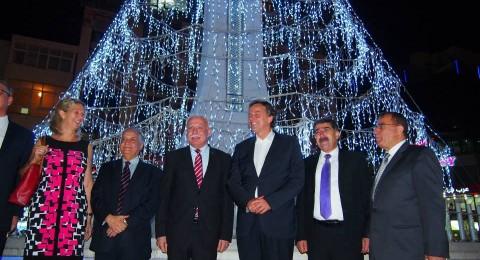 وزير الخارجية الهولندي يتجول في رام الله ويتناول البوظة