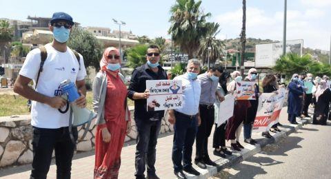 العاملون الاجتماعيون في بلدية ام الفحم ومجلس طلعة عارة يتظاهرون على الشارع الرئيسي