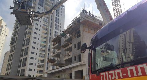 بيتح تكفا: سقوط عامل بناء وحالته الصحية لم تعرف بعد