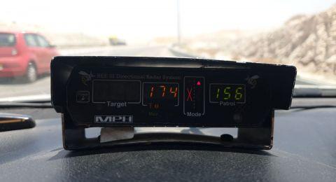 الشرطة تضبط سائق يقود سيارته بسرعة فائقة 174 كم في الساعة على الطريق رقم 1 في منطقة يهودا والسامرة